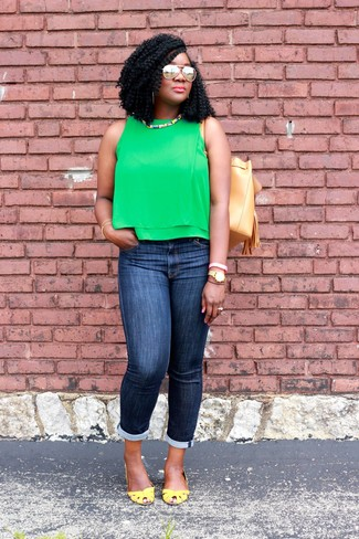 How to wear: green sleeveless top, navy skinny jeans, yellow leather pumps, tan leather bucket bag