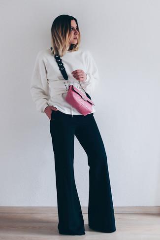 Cómo combinar: sudadera blanca, pantalón de campana negro, bolso bandolera de cuero rosa, cinturón de cuero blanco