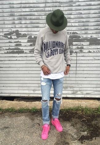 Cómo combinar: sudadera estampada gris, camiseta con cuello circular blanca, vaqueros desgastados celestes, tenis rosa