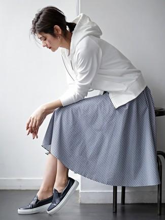 Cómo combinar: sudadera con capucha blanca, camiseta con cuello circular blanca, falda midi de rayas horizontales azul marino, zapatillas slip-on de cuero azul marino