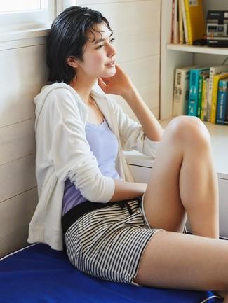 Cómo combinar: sudadera con capucha blanca, camiseta sin manga violeta claro, pantalones cortos de rayas horizontales en blanco y negro