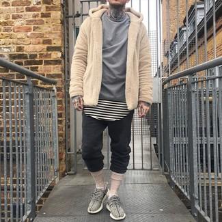 Cómo combinar: sudadera con capucha de forro polar marrón claro, camisa de manga larga gris, camiseta con cuello circular de rayas horizontales en beige, pantalón de chándal negro