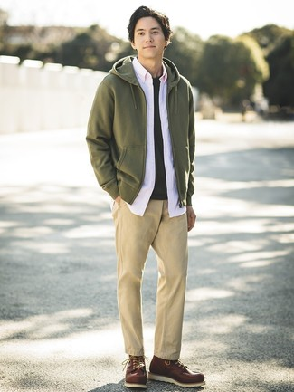 Cómo combinar: sudadera con capucha verde oliva, camisa de manga larga rosada, camiseta con cuello circular negra, pantalón chino marrón claro