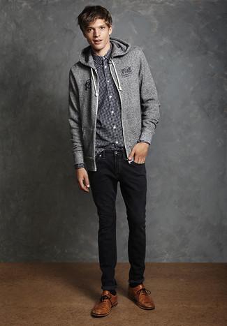 Cómo combinar: sudadera con capucha gris, camisa de manga larga de cuadro vichy en negro y blanco, vaqueros negros, zapatos brogue de cuero marrónes