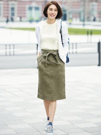 Cómo combinar: sudadera con capucha blanca, camiseta con cuello circular blanca, falda lápiz verde oliva, zapatillas altas de lona azul marino