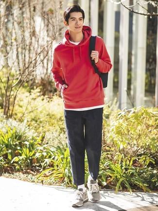 Cómo combinar: sudadera con capucha roja, camiseta con cuello circular blanca, pantalón chino en gris oscuro, deportivas grises