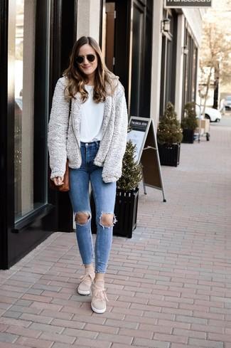Cómo combinar: sudadera con capucha de forro polar gris, camiseta con cuello circular blanca, vaqueros pitillo desgastados azules, zapatillas slip-on de ante en beige