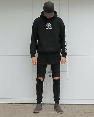 Cómo combinar: sudadera con capucha estampada en negro y blanco, camiseta con cuello circular negra, vaqueros pitillo desgastados negros, botines chelsea de ante en marrón oscuro