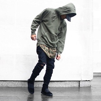 Cómo combinar: sudadera con capucha verde oliva, camiseta con cuello circular de camuflaje verde oliva, vaqueros pitillo desgastados negros, zapatillas altas negras