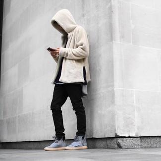Cómo combinar: sudadera con capucha de forro polar en beige, camiseta de manga larga negra, camiseta con cuello circular gris, vaqueros desgastados negros