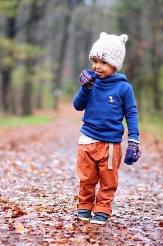 Cómo combinar: sudadera con capucha azul, camiseta de manga larga blanca, pantalón de chándal naranja, zapatillas de cuero azul marino