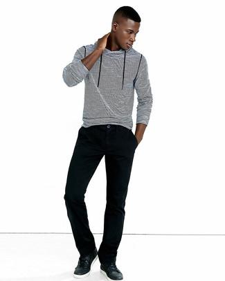 Cómo combinar: sudadera con capucha de rayas horizontales en blanco y negro, vaqueros de pana negros, tenis de cuero negros