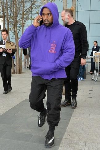 Cómo combinar: sudadera con capucha en violeta, pantalón de chándal negro, deportivas negras, calcetines negros