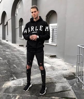 Cómo combinar: sudadera con capucha estampada en negro y blanco, vaqueros pitillo desgastados negros, zapatillas altas negras