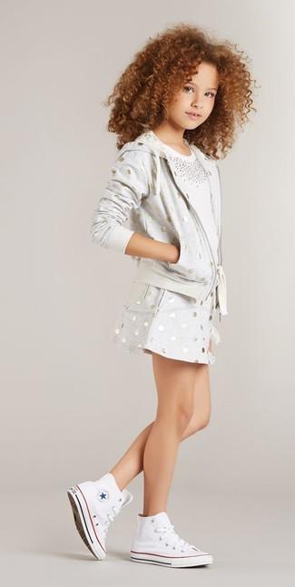 Cómo combinar: sudadera con capucha a lunares gris, camiseta con adornos blanca, falda a lunares gris, zapatillas blancas