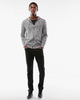 Cómo combinar: sudadera con capucha gris, camiseta con cuello circular negra, vaqueros negros, zapatillas altas de cuero negras