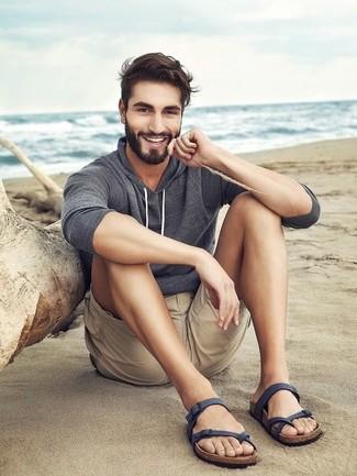 Cómo combinar: sudadera con capucha gris, pantalones cortos en beige, sandalias de cuero azul marino