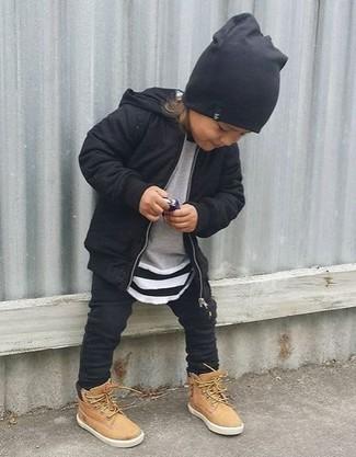 Cómo combinar: sudadera con capucha negra, jersey gris, pantalón de chándal negro, botas marrón claro