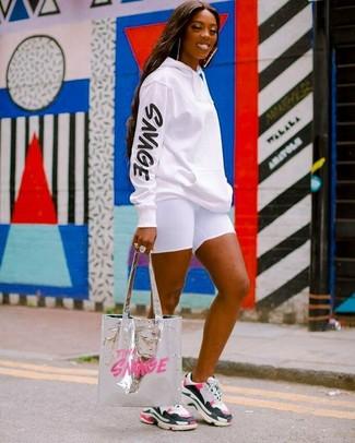 Cómo combinar: sudadera con capucha estampada en blanco y negro, mallas ciclistas blancas, deportivas en multicolor, bolsa tote de cuero plateada