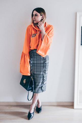 Cómo combinar: sudadera con capucha estampada naranja, falda lápiz de tartán gris, zapatos de tacón de cuero negros, bolso bandolera de cuero negro
