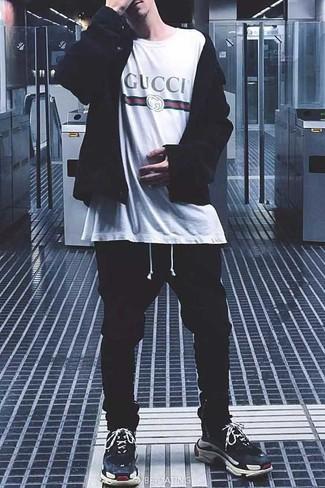 Cómo combinar: sudadera con capucha negra, camiseta con cuello circular estampada blanca, pantalón de chándal negro, deportivas azul marino