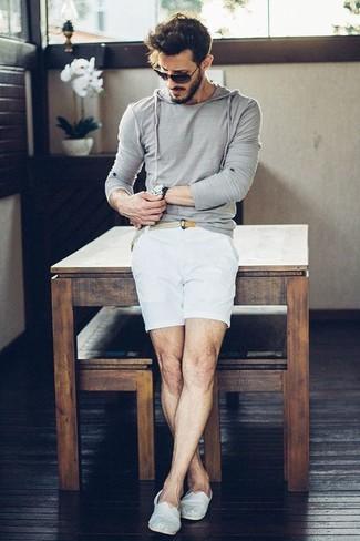 Cómo combinar: sudadera con capucha gris, pantalones cortos blancos, alpargatas de lona blancas, correa de lona tejida en beige
