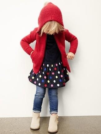 Cómo combinar: sudadera con capucha de punto roja, vestido a lunares negro, vaqueros azul marino, botas en beige