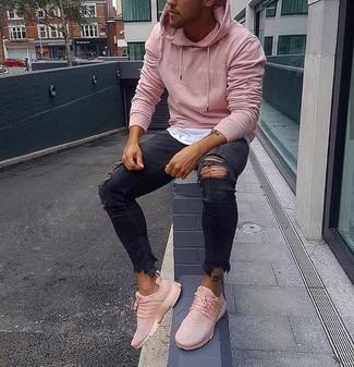 Cómo combinar: sudadera con capucha rosada, camiseta con cuello circular blanca, vaqueros pitillo desgastados negros, deportivas rosadas