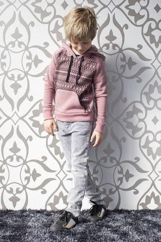 Cómo combinar: sudadera con capucha rosada, vaqueros grises, zapatillas negras