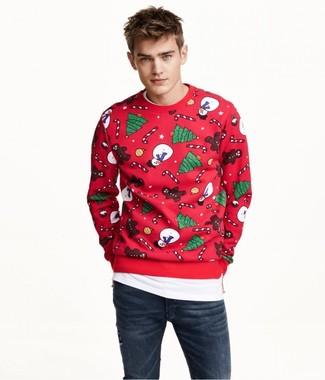 Cómo combinar: sudadera de navidad roja, camiseta con cuello circular blanca, vaqueros pitillo azul marino