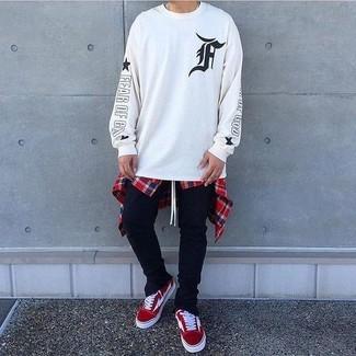 Cómo combinar: sudadera estampada en blanco y negro, camisa de manga larga de tartán en blanco y rojo y azul marino, pantalón de chándal negro, tenis de ante rojos