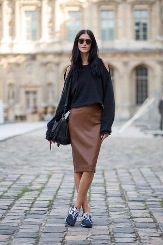Cómo combinar: sudadera negra, falda lápiz de cuero marrón, deportivas azul marino, bolso bandolera de cuero negro
