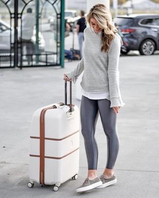 Cómo combinar: sudadera gris, camiseta con cuello circular blanca, leggings en gris oscuro, zapatillas slip-on grises