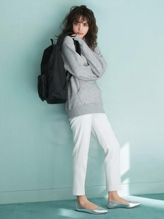 Cómo combinar: sudadera gris, pantalón de pinzas de rayas verticales blanco, bailarinas de cuero plateadas, mochila de lona negra