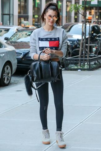 Cómo combinar: sudadera estampada gris, leggings negros, zapatillas altas de ante grises, bolso de hombre de cuero negro