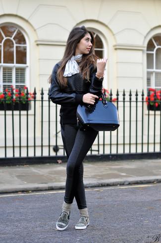 Cómo combinar: sudadera de cuero acolchada negra, leggings en gris oscuro, zapatillas slip-on con adornos negras, bolso de hombre de cuero negro