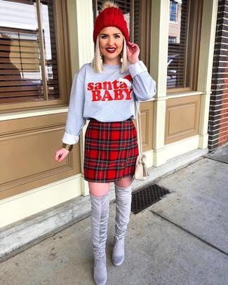 Cómo combinar: sudadera estampada gris, minifalda de tartán roja, botas sobre la rodilla de ante grises, bolso bandolera de cuero en beige