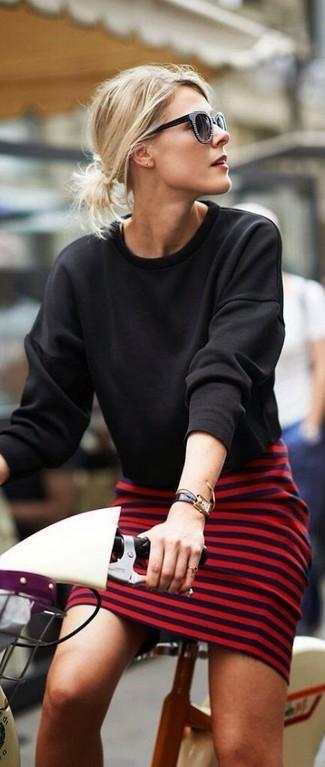 Cómo combinar: sudadera negra, vestido ajustado de rayas horizontales en rojo y negro