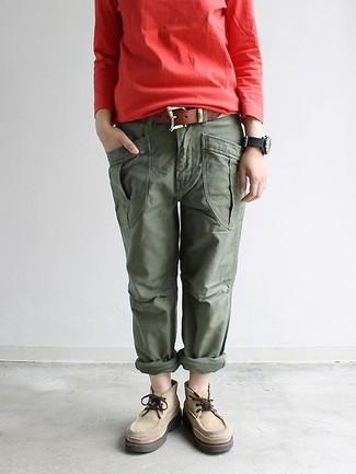 Cómo combinar: sudadera roja, pantalón cargo verde oliva, botas safari de ante en beige, correa de cuero marrón