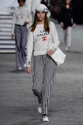 Cómo combinar: sudadera estampada blanca, pantalones anchos de rayas verticales en blanco y negro, bailarinas de cuero blancas, bolso bandolera de cuero blanco
