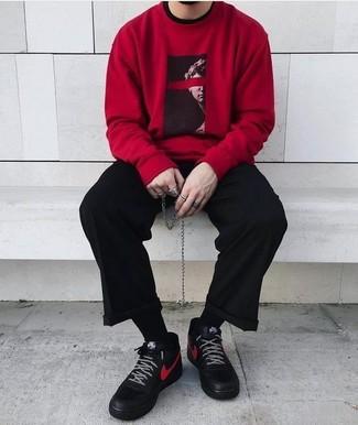Cómo combinar: sudadera estampada roja, pantalón de vestir negro, zapatillas altas de cuero negras, calcetines negros