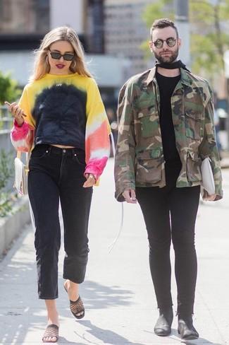 Cómo combinar: sudadera efecto teñido anudado en multicolor, vaqueros boyfriend negros, chinelas de malla negras, cartera sobre de cuero en beige