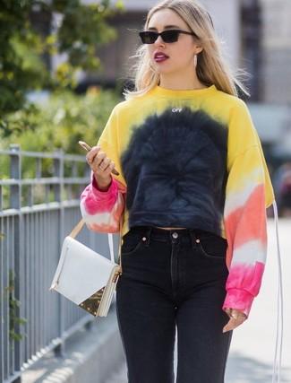 Cómo combinar: sudadera efecto teñido anudado en multicolor, vaqueros negros, cartera de cuero blanca, gafas de sol negras