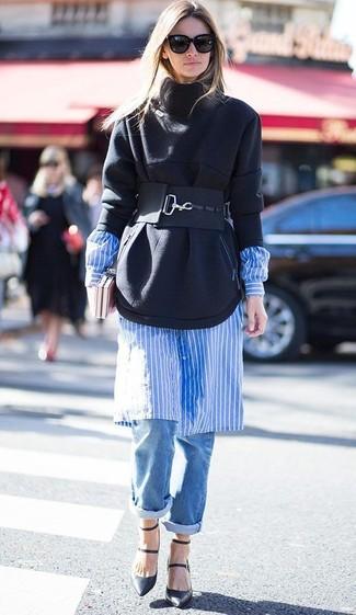 Cómo combinar: sudadera negra, vestido camisa de rayas verticales en blanco y azul, vaqueros boyfriend azules, zapatos de tacón de cuero negros