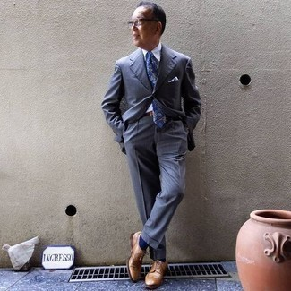 Light Blue Pocket Square Outfits: A blue suit and a light blue pocket square are among the key elements in any gentleman's functional off-duty sartorial collection. Finishing with a pair of tan leather brogues is an easy way to inject a hint of sophistication into this look.