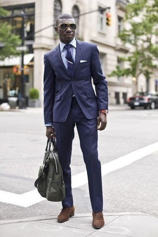 How to Wear an Olive Canvas Tote Bag For Men: A navy suit and an olive canvas tote bag will introduce extra style into your current casual arsenal. If you want to immediately amp up your ensemble with a pair of shoes, add brown suede desert boots to the mix.