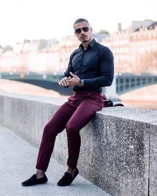 How to Wear Charcoal Sunglasses For Men: Combining a burgundy suit with charcoal sunglasses is a wonderful pick for an off-duty but stylish outfit. When not sure as to what to wear when it comes to shoes, complement your look with black suede driving shoes.