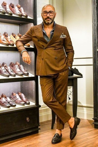 How to Wear a Tobacco Suit: This elegant combo of a tobacco suit and a blue chambray dress shirt is a frequent choice among the dapper gents. For something more on the daring side to finish off this outfit, complete your outfit with dark brown woven leather loafers.