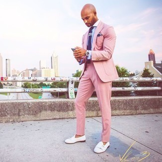 Violet Tie Outfits For Men: To look like a British gent with a good deal of style, marry a pink suit with a violet tie. With shoes, go down a more casual route with white suede loafers.
