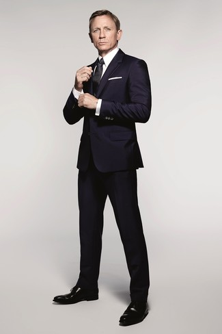 Daniel Craig wearing Navy Suit, White Dress Shirt, Black Leather Oxford Shoes, Black Silk Tie